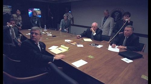 ホワイトハウス地下の危機管理センター。アメリカ各地が次々と攻撃される中、ホワイトハウスでは大統領不在のまま決断を迫られていた