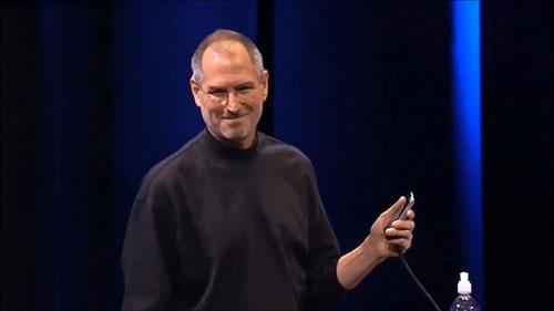 アップルでiphoneをプレゼンするスティーブ・ジョブズ