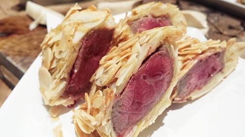 駆け足で行きましょう。こちらは焼き物。馬のシャトーブリアンをアーモンドで包んであります。焼き具合も完璧です。肉はピザを焼くような石窯で焼いています。