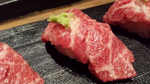 話の合間に料理を紹介していきましょう。こちらはサシの入った馬肉の握り。のっけからガツンと食らわされました。美味しい。