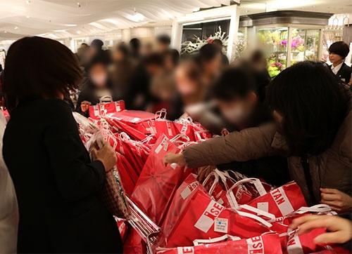 3日となった初売りでも、福袋の人気は相変わらず高かった(伊勢丹新宿本店)