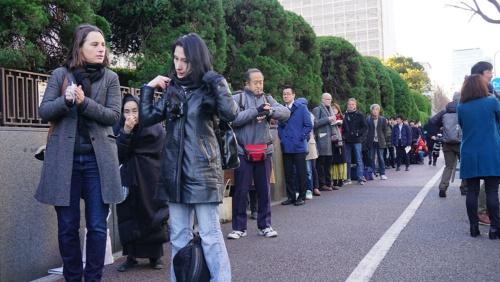 勾留理由開示の傍聴席を求め、1122人が並んだ(8日朝、東京・霞が関の東京地裁)