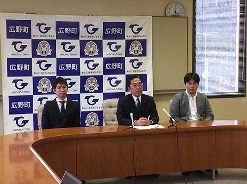 1月3日、遠藤智・広野町町長らが高野病院の現状を訴える記者会見を開いた。左から、尾崎章彦医師、遠藤町長、支援の会の坪倉正治医師