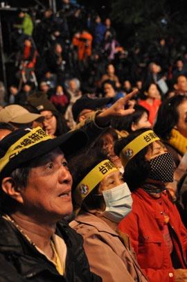 当選確実の報を見て喜ぶ民進党支持者