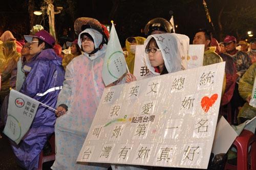 蔡氏へのメッセージを掲げる子供