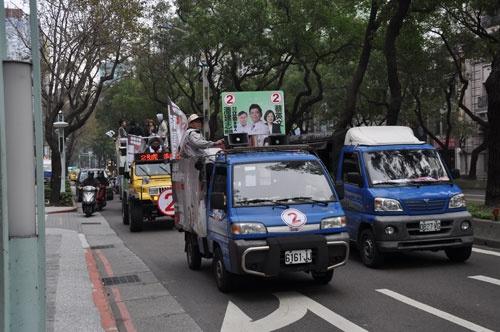太鼓を叩いて選挙カーの到来を告げる、台湾ならではの選挙の光景