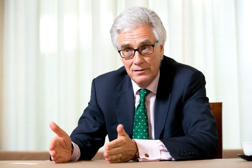 <b>アデア・ターナー(Adair Turner)氏</b><br /> 英シンクタンク、インスティテュート・フォー・ニューエコノミックシンキング会長。1955年生まれ。米マッキンゼー・アンド・カンパニー、米メリルリンチ(現バンク・オブ・アメリカ・メリルリンチ)などを経て、2008年から2013年まで英国金融行政の監督機関である英金融サービス機構(FSA)の長官を務めた。昨年末に著書『債務、さもなくば悪魔 ヘリコプターマネーは世界を救うか?』を上梓した(写真:木村 輝、以下同)