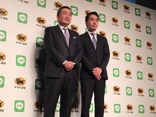 1月15日、新サービスの会見で概要を説明したヤマト運輸の長尾裕社長(左)とLINEの出澤剛社長(右)