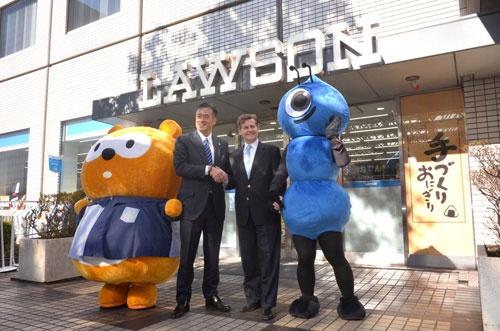 全店導入にあわせて記者会見を開いたローソンの玉塚元一会長兼CEO(左)と、アント・フィナンシャルのドウグラス・フィーギン上級副総裁(2017年1月23日、東京都品川区、以下同)