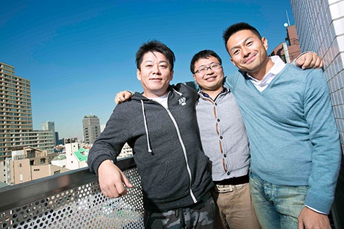 左からIST創業者の堀江貴文氏、同社社長の稲川貴大氏、ISTと丸紅を結びつけることに貢献した大出整氏(写真:的野 弘路)