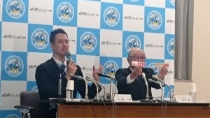 東京ハイヤー・タクシー協会の川鍋一朗会長(左)と東京都個人タクシー協会の秋田隆会長