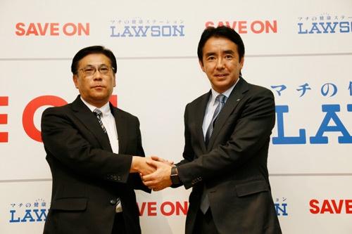 2017年2月1日、契約締結を発表するローソンの竹増貞信社長(右)と、セーブオンの平田実社長(東京・中央)=撮影:尾関 裕士