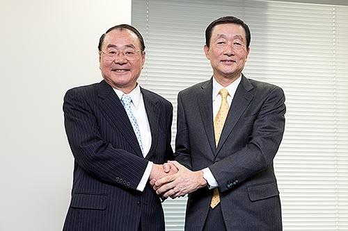 2月3日、退任を発表する上田氏(左)と、後任の高柳氏(東京・豊島)=撮影:的野 弘路