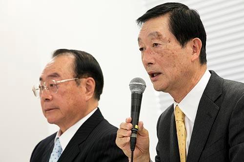 高柳氏(右)は「社長人事は10日前に知った」と話した(2月3日、東京・豊島)=撮影:的野 弘路