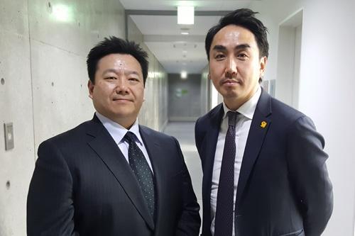 LINEの出澤剛社長(右)と、ワークスモバイルジャパンの松橋博人社長(左)