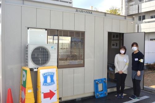 実験店の駐車場には、電子タグの貼り付けにあたるスタッフのための作業スペースが用意されていた