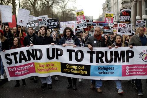 トランプ大統領が発した、イスラム圏7カ国から来る人々に対する入国制限に反対して、ロンドンでも大規模なデモが起きた(写真=アフロ)