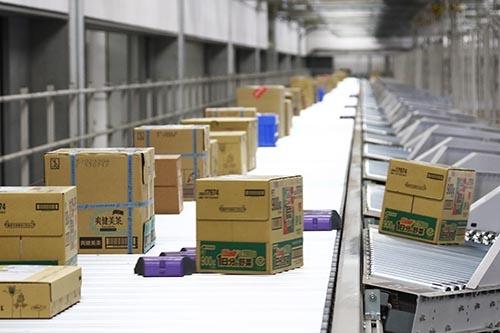 ロジパーク首都圏には総延長8.5kmにわたるコンベアが張り巡らされており、各地域に自動で荷物を送り分けていた(2016年9月、埼玉県三芳町。撮影:北山宏一)=以下同