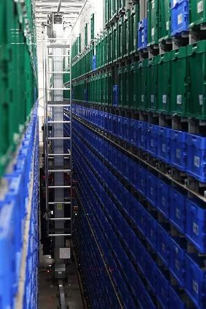 発送頻度の少ない商品については、天井まで積み上げられた在庫棚からロボットがピッキングする仕組みを採用していた。