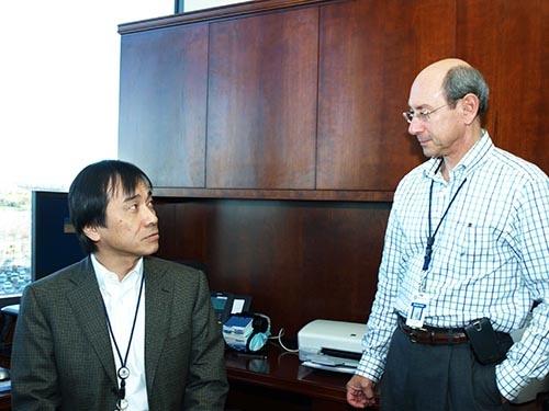 2009年、ウエスチングハウス(WH)の副社長だった志賀重範氏(左)。WH本社で幹部とコミュニケーションをとっていた。その後、志賀氏は同社の社長と会長を歴任する