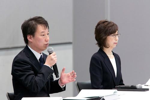 第三者委員会の調査報告書を受けて会見に臨んだDeNAの守安功社長(左)と南場智子会長(右)(撮影:的野弘路)