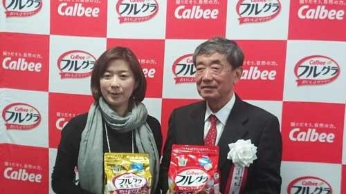 「フルグラ」の増設ラインの竣工式を迎えた松本晃会長(右)と、フルグラ事業部の藤原かおり事業部長