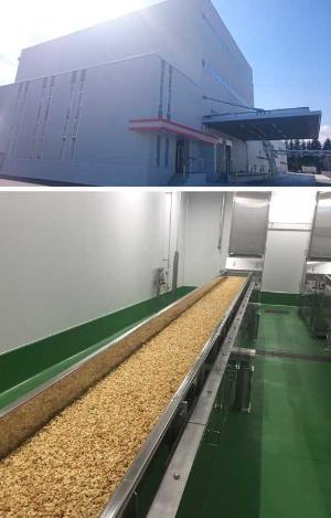 2016年4月から稼働するカルビー清原工場の増設した建屋(上)とフルグラの製造ラインの一部。原料にシロップなどを混ぜた生地をオーブンで焼き上げていく工程で、他社との違いを出すという