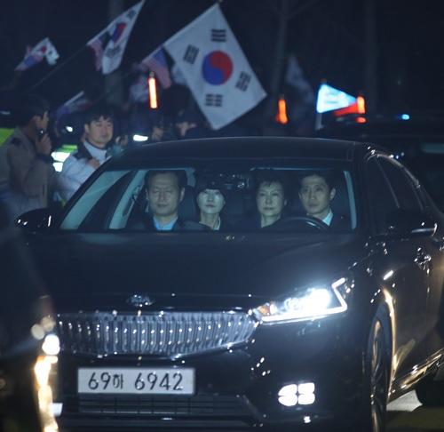 朴槿恵(パク・クネ)前大統領に逮捕状が発付され、ソウル中央地検からソウル拘置所に護送された(写真:YONHAP NEWS/アフロ)