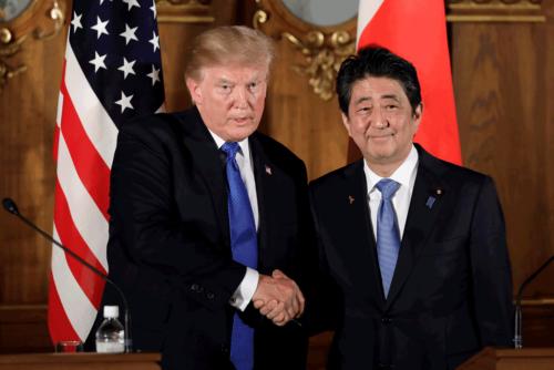 安倍首相はトランプ大統領の揺さぶりに、どんな対応をするか。写真は昨年11月のトランプ大統領の来日時(写真:代表撮影/ロイター/アフロ)
