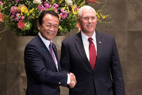 ペンス米副大統領(右)が初来日 麻生副総理(左)と日米経済対話の初会合(写真=ZUMA Press/アフロ)