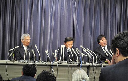 4月20日夕方に国土交通省で開かれた記者会見。中央が三菱自動車の相川哲郎社長