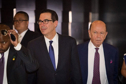 """米国側は""""オールスター""""で交渉に挑んだ。写真右はロス商務長官、左はムニューチン財務長官(写真:AFP/アフロ)"""