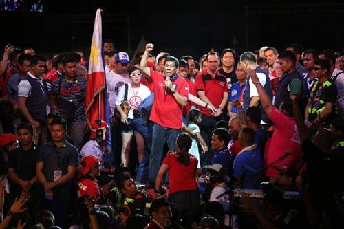 最後の遊説に臨んだドゥテルテ氏(写真:AP/アフロ )