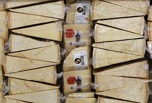日欧EPA交渉の本質はチーズや自動車の関税引き下げだけではない(写真:ロイター/アフロ)