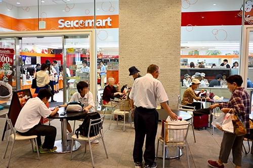 7月15日の昼過ぎ、記者が札幌市内のセイコーマート店舗を訪れると店内調理「ホットシェフ」の商品などを手にした約50人がレジに並んでいた