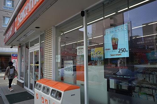 セコマは来春までに、ウインドーを使い店外向けに情報を発信するデジタルサイネージを全店で採用する。コストはかかっても、直営店なら導入しやすい