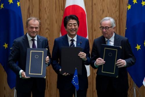 日欧EPAが7月17日に調印された。左からトゥスクEU大統領、安倍首相、ユンケル欧州員会委員長(写真:代表撮影/ロイター/アフロ)