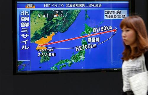 北朝鮮のミサイル発射を受け、日本政府はJアラートで北海道など12道県に警報を出した。日本国内に直接の被害はなかったものの、警報の在り方をめぐって様々な意見が出た(写真:AP/アフロ)