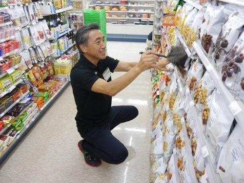今年7月、都内のファミリーマート店舗でスタッフ研修を受ける沢田社長。「レジに立つのは怖かった」