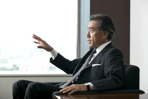<b>沢田貴司 氏</b> 1981年上智大学理工学部卒、伊藤忠商事入社。1997年ファーストリテイリング入社、98年副社長。2003年投資ファンド「キアコン」設立。05年企業支援会社「リヴァンプ」設立。16年3月ファミリーマート顧問、9月社長就任。トライアスロンが趣味で、サークルKサンクスとの統合3日前にも千葉県の大会に出場した。59歳(写真:的野 弘路)