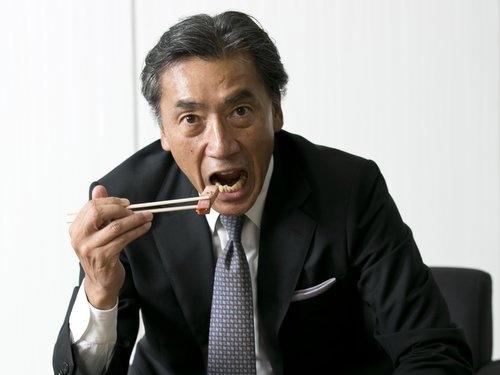 「うまいぞ~!」「食べてくれ~!」(写真:的野 弘路)