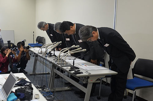 記者会見の冒頭で頭を下げる中本副社長ら(9月23日、東京証券取引所)