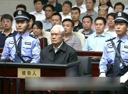 中国石油閥のドンとして君臨していた周永康氏(写真中央)。汚職を理由に逮捕され、2014年に裁判にかけられた。白髪のまま出廷したその姿に、権力の座から引き落とされた悲哀がにじみ出ていた(写真提供:China Central Television via REUTERS TV/ロイター/アフロ)