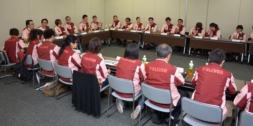 この日は加盟店オーナーや現場リーダーら約30人が集まった(10月1日、東京都千代田区)