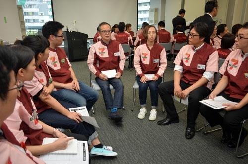 セブン-イレブン・ジャパン本社で開かれたエリア・ミーティング。最初はぎこちない雰囲気だった会議室も、意見を交わすうちに賑やかになった(10月1日、東京都千代田区)