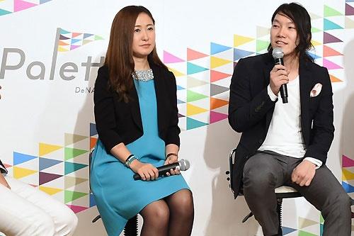 2015年4月、DeNAはキュレーションサイトのプラットフォーム構想を発表。会見には村田マリ執行役員(左、当時)や、MERYを運営する子会社、ペロリの中川綾太郎社長(右、当時)らも参加した