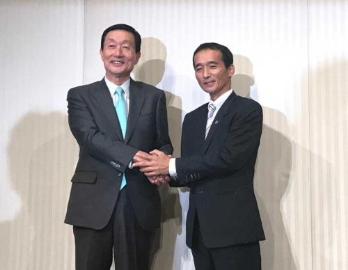 両社は昨年8月、ドンキがユニーに40%出資すると発表した(ユニー・ファミリーマートHDの高柳浩二社長(左)とドンキホーテHDの大原孝治社長)