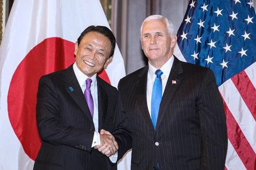 10月16日(日本時間17日午前)に開催された日米経済対話の第2回会合。麻生副総理(左)といペンス米副大統領(右)(写真=時事)
