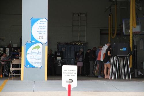 地元の消防署に設置された投票所の風景(フロリダ州)