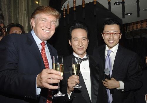 米ニューヨークのトランプ・ワールド・タワーの1階に西田康宏氏が開いた日本食レストラン「MEGU」。写真は2006年のオープニングパーティー。右が西田氏。真ん中は西田氏が所属していた会社、グッドウィル・グループのオーナー、折口雅博氏。(写真:Jamie McCarthy/GettyImages)